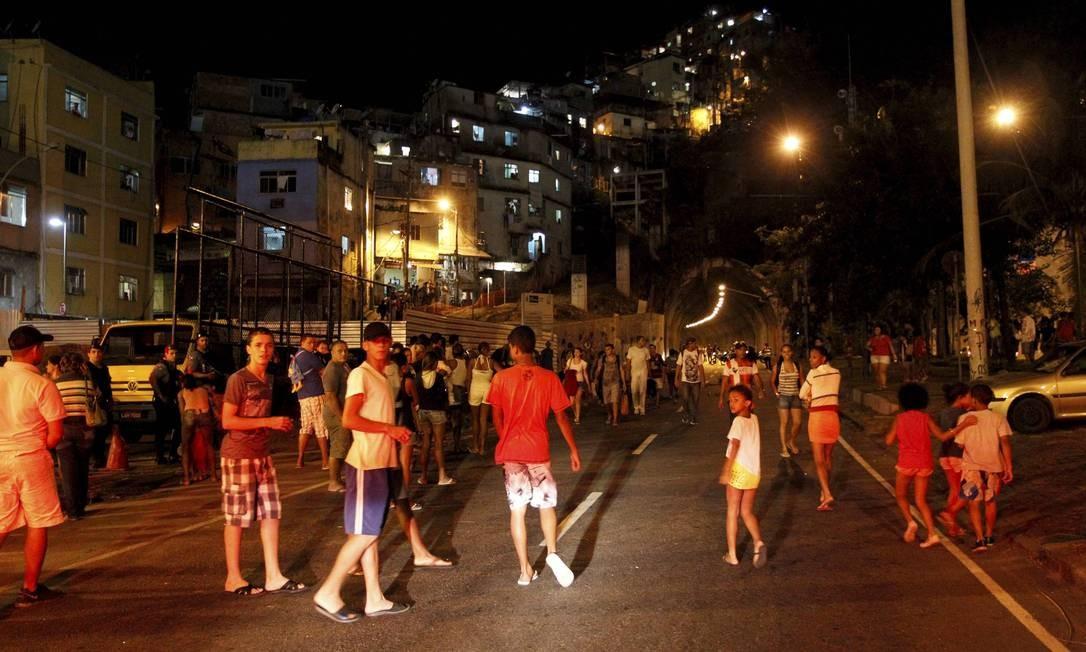 Trânsito continua muito complicado na região Foto: Domingos Peixoto / Agência O Globo