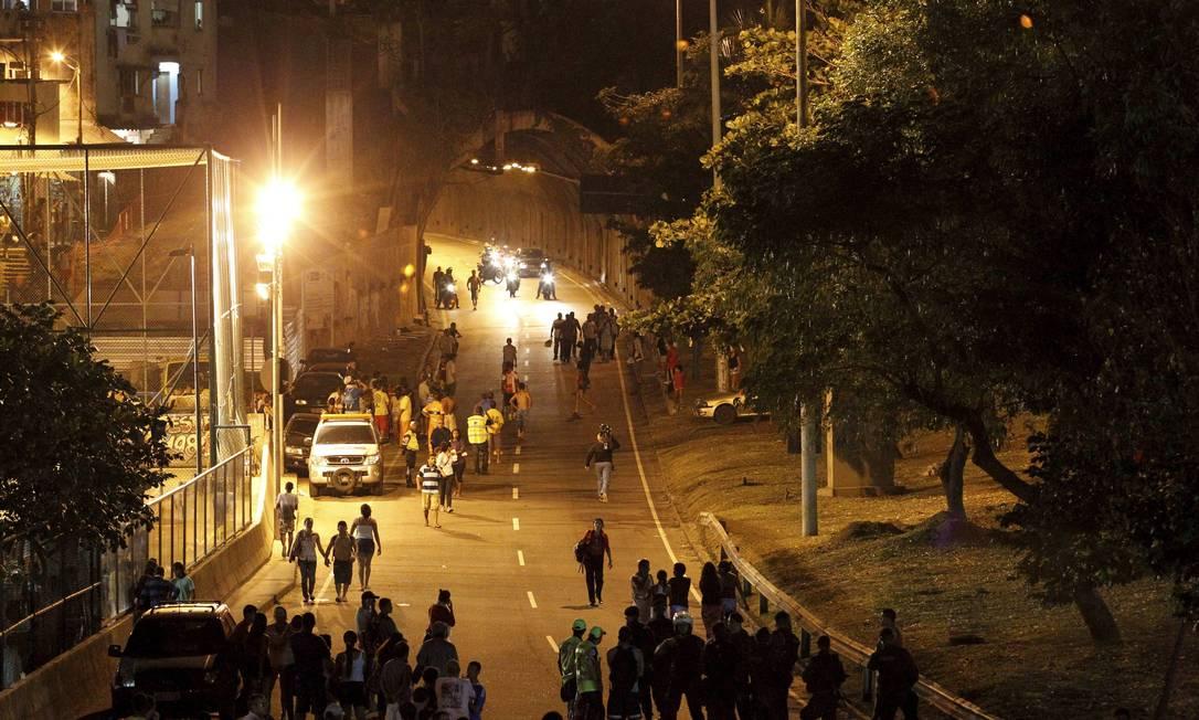 Alguns motoristas chegaram a ficar presos dentro do túnel Foto: Domingos Peixoto / Agência O Globo