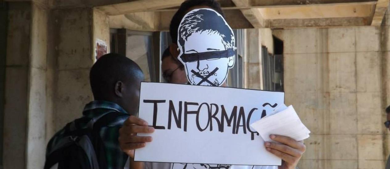 Ativistas pedem asilo a Snowden em ato na UnB Foto: Cortesia do movimento Juntos