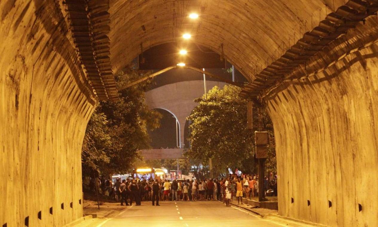 Protesto na Rocinha fecha túnel Zuzu Angel nos dois sentidos Foto: Domingos Peixoto / Agência O Globo