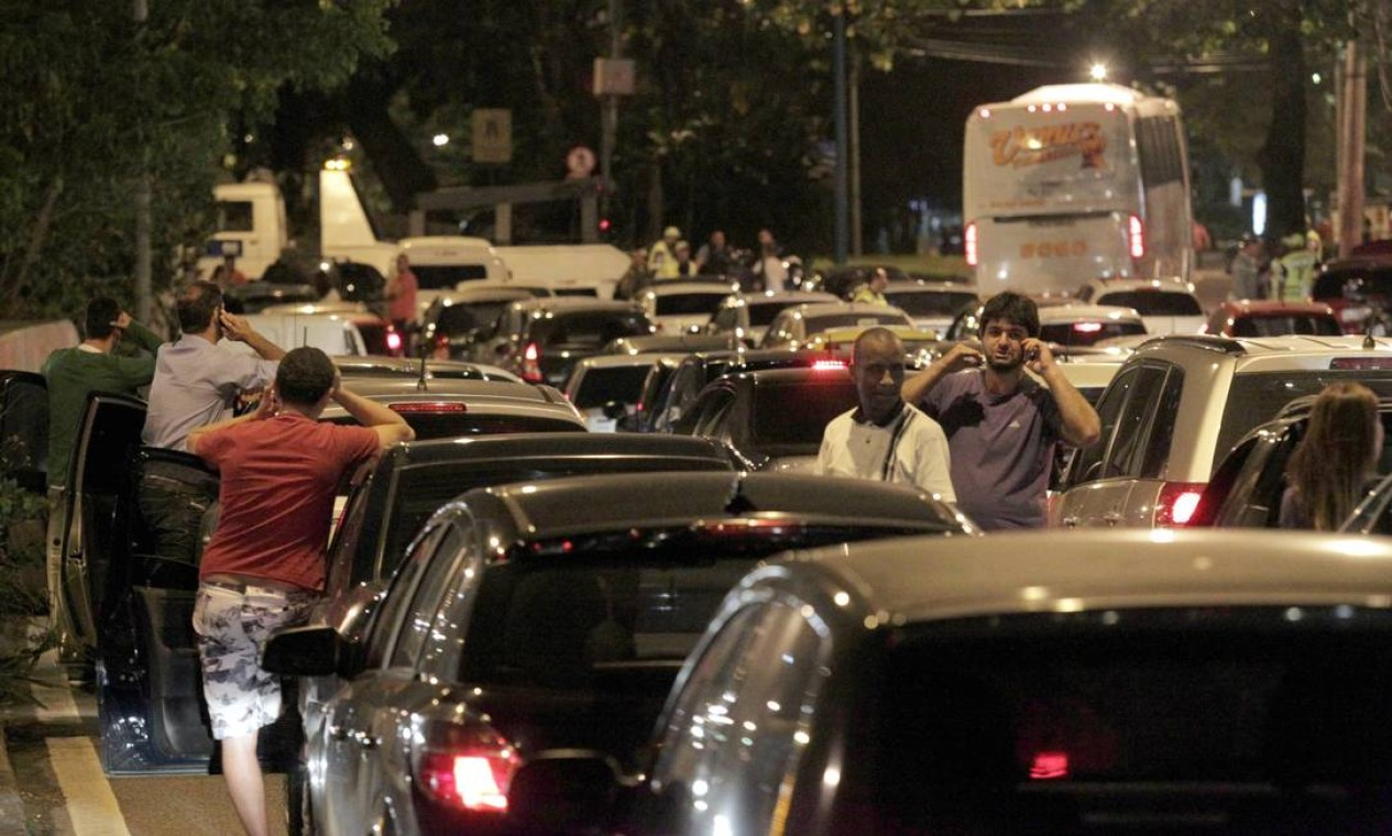 Protesto na Rocinha parou o trânsito na entrada doTúnel Rafael Macarenhas e parte da Zona Sul Foto: Marcelo Theobald / Agência O Globo
