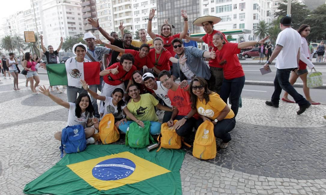 Peregrinos vão à praia no Rio Foto: Marcelo Theobald / Agência O Globo