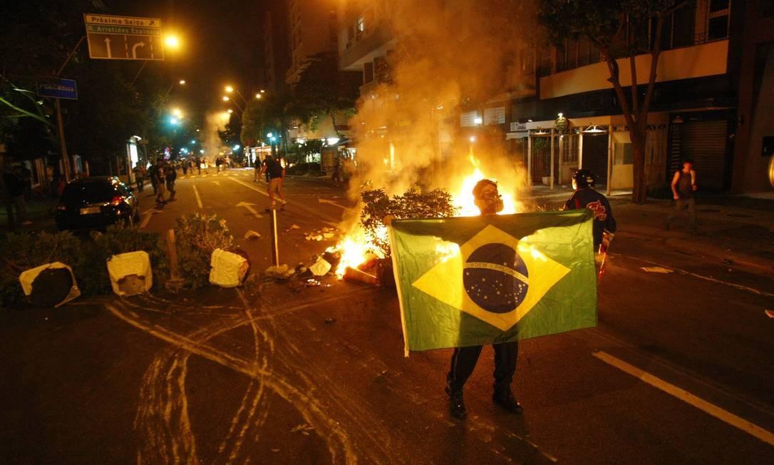 Manifestantes fazem barricadas e fecham a Avenida Ataulfo de Paiva, no Leblon Foto: Marcelo Carnaval / Agência O Globo