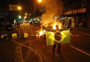Manifestantes fazem barricadas e fecham a Avenida Ataulfo de Paiva, no Leblon Foto: Marcelo Carnaval (20/07/2013) / Agência O Globo