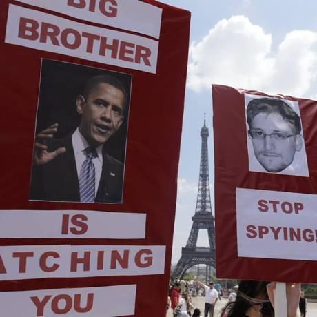 Manifestantes protestam em apoio a Edward Snowden em frente à Torre Eiffel em Paris Foto: KENZO TRIBOUILLARD / AFP