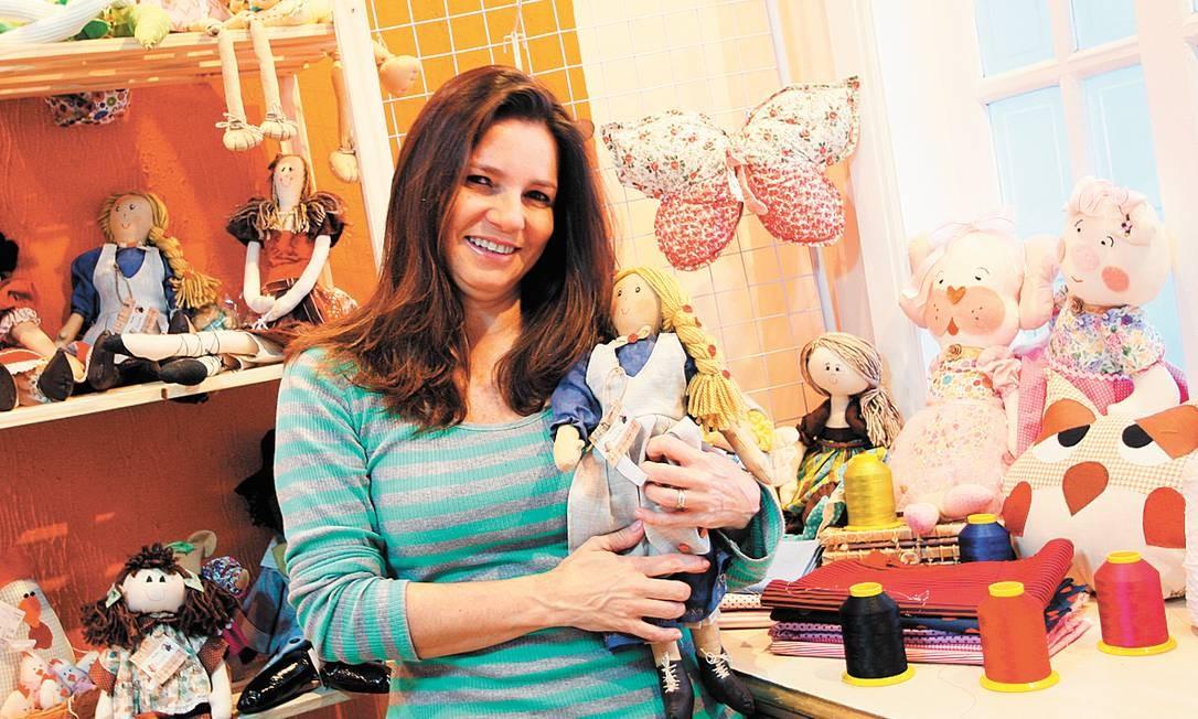 Dedicação. A bonequeira Rosemere enviou mais de 20 artigos para doação e tem planos de abrir um ateliê Foto: Freelancer / Pedro Teixeira