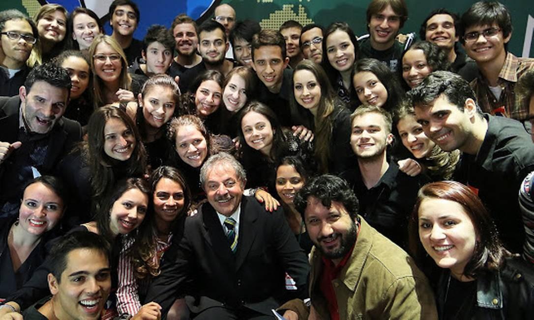 Lula posa para foto com estudantes na Universidade Federal do ABC Foto: / Instituto Lula