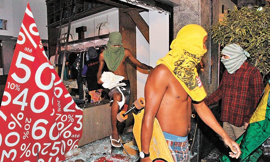 Loja saqueada no Leblon: maioria dos manifestantes se opõe a atos criminosos, diz Baía - Foto: Marcelo Carnaval / Agência O Globo