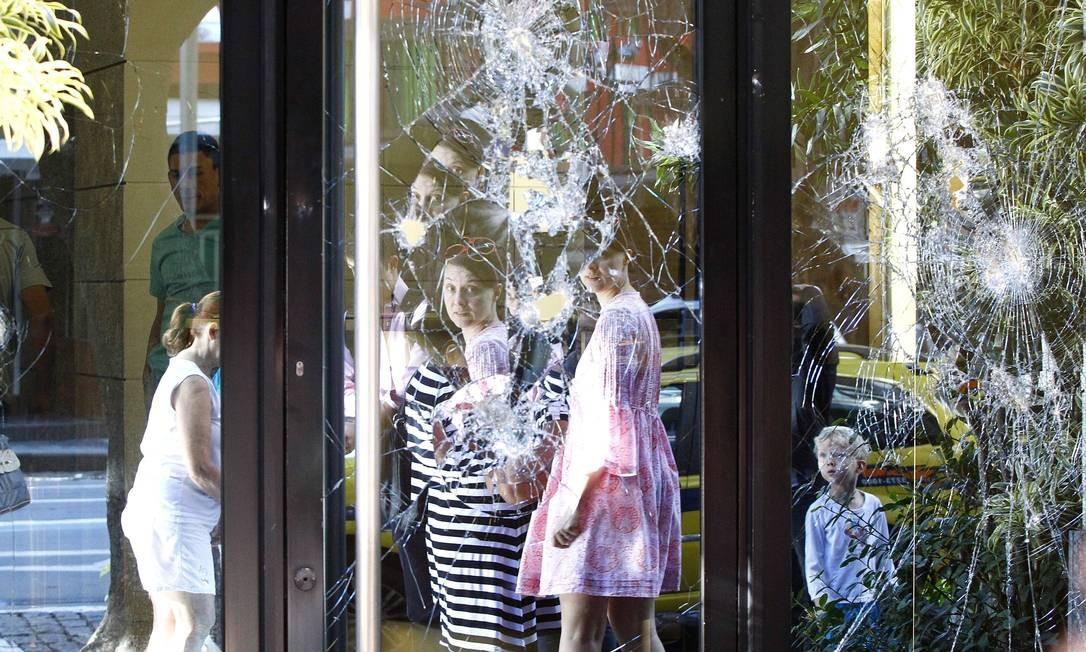 Marcas da destruição causada na manifestação no Leblon, lojas e bancos destruidos na Avenida Ataufo de Paiva Foto: Pablo Jacob / Agência O Globo