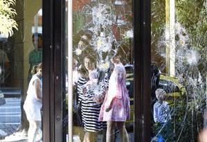 Marcas da destruição causada na manifestação no Leblon, lojas e bancos destruidos na Avenida Ataulfo de Paiva Foto: Pablo Jacob / Agência O Globo