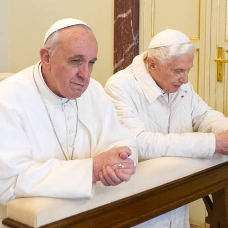 O Papa Francisco e o Bento XVI durante um encontro em março, logo após o conclave Foto: AFP