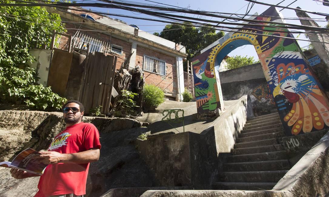 Coordenador do Museu de Favela, Sidney Silva posa à frente do portal da Ladeira Saint Roman, no Morro do Pavão Foto: Leo Martins / O Globo