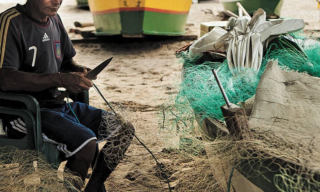 Pescador na Praia de Itaipu: criação da Resex pode garantir seu sustento Foto: Guilherme Leporace/29-11-2012
