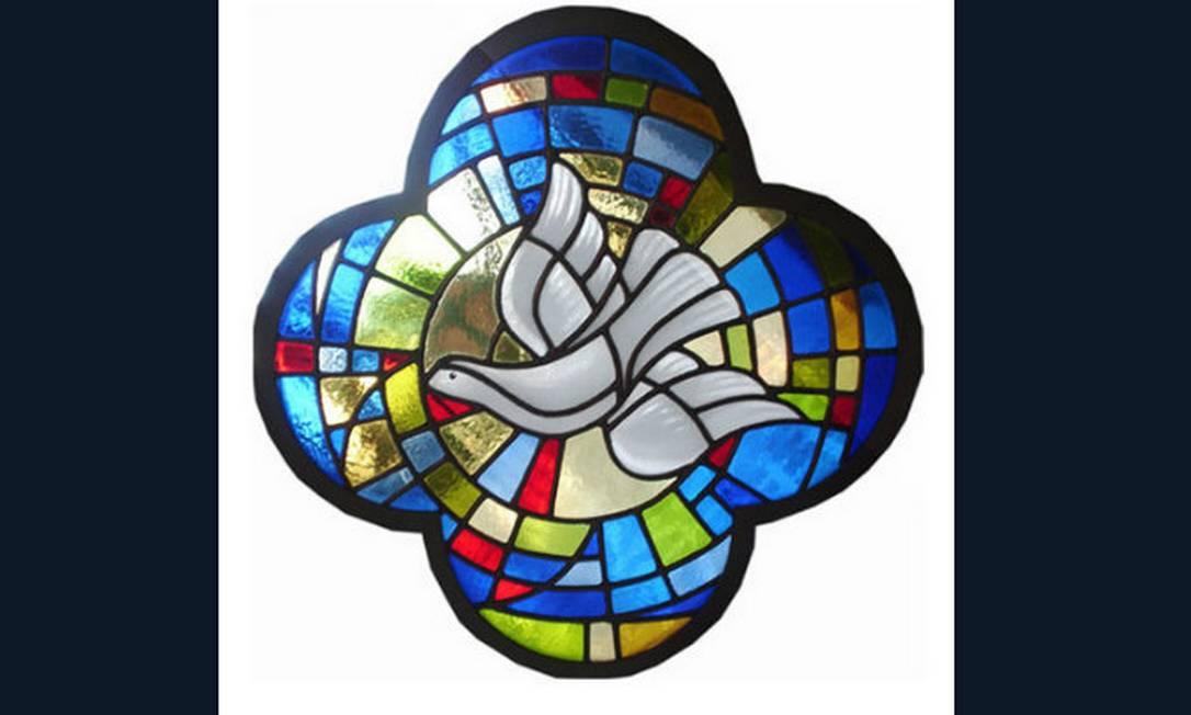 Vitral com a pomba branca (símbolo do Espírito Santo). No site Casa de Mosaico, preço sob consulta Divulgação