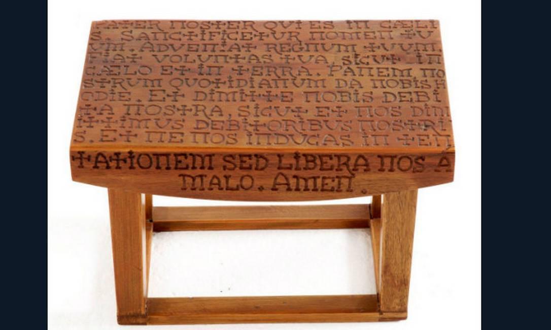 A oração do Pai Nosso pirografada no banco Religio, em madeira de demolição. Na Velha Bahia, por R$ 561 Divulgação