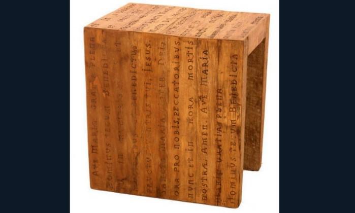 Mesa de apoio Religio, em madeira de demolição, com a oração Ave Maria. Preço sob consulta na Velha Bahia Divulgação