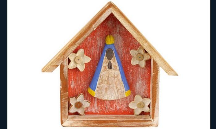 Oratório Nossa Senhora de Aparecida, em madeira maciça. Na Tok & Stok, por R$ 39,90 Divulgação