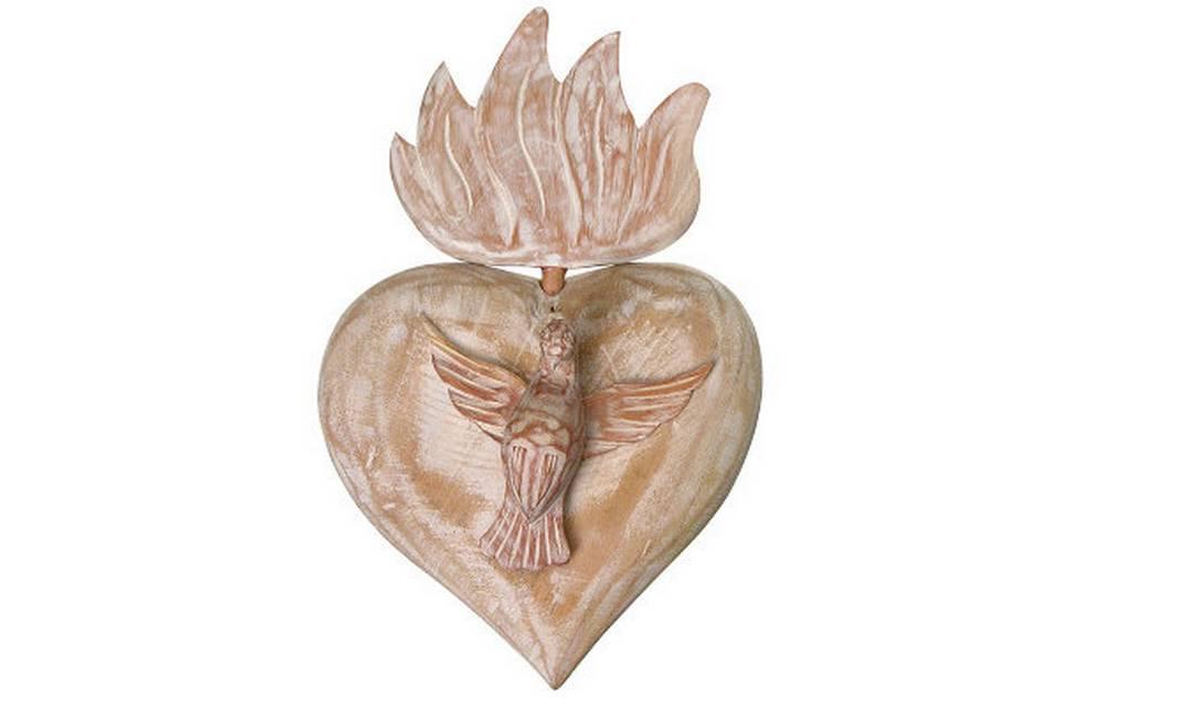 Adorno Divino Coração para parede, em madeira maciça. Na Tok & Stok, por R$ 69 Divulgação