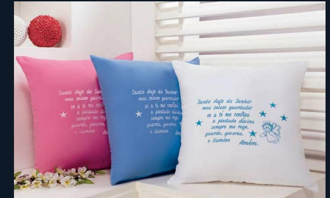 Almofadas com oração podem ser encontradas em várias lojas de presentes e feiras de artesanato. Preços variam Divulgação