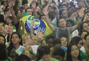Milhares de peregrinos participam da missa do Padre Fábio de Mello no Riocentro, na abertura da Cidade da Fé Foto: Marcelo Carnaval / Agência O Globo