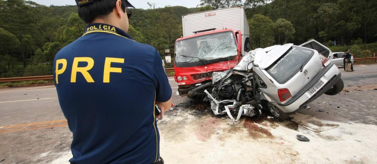 O choque entre um carro e um caminhão, na BR-040, em Minas, com um morto Foto: Ricardo Bastos/Hoje em Dia/29-12-2012