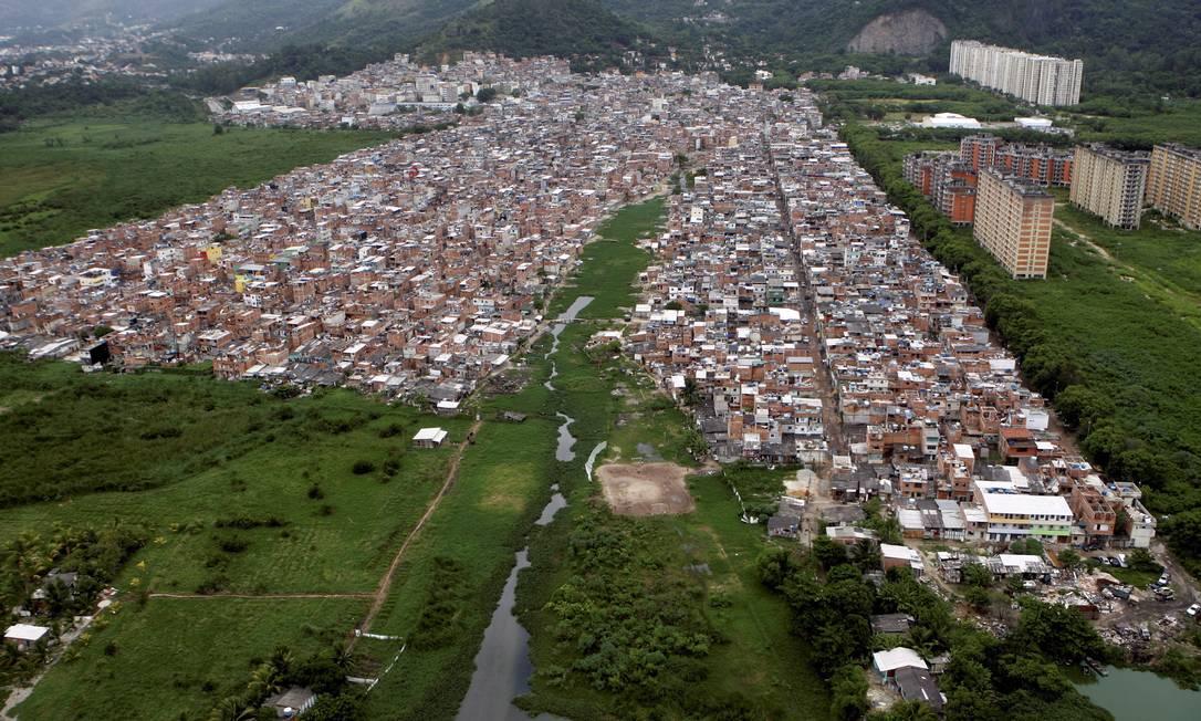 Problemas de cidade. Em Rio das Pedras já é possível ver várias construções com quatro pavimentos. E o canal está assoreado Foto: Custódio Coimbra / Custódio Coimbra