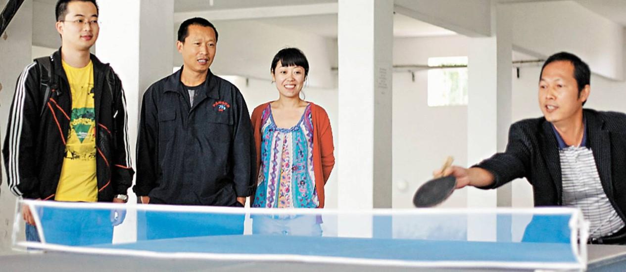 Zhang Zhuxin, ao centro, acompanha a partida de ping e pong dos colegas que trabalham em projeto da CSN, em Volta Redonda Foto: FOTO: Pedro Kirilos