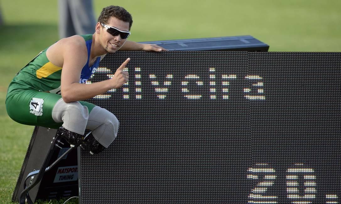 Alan Fonteles comemora a vitória no Mundial paralímpico Foto: PHILIPPE MERLE / AFP