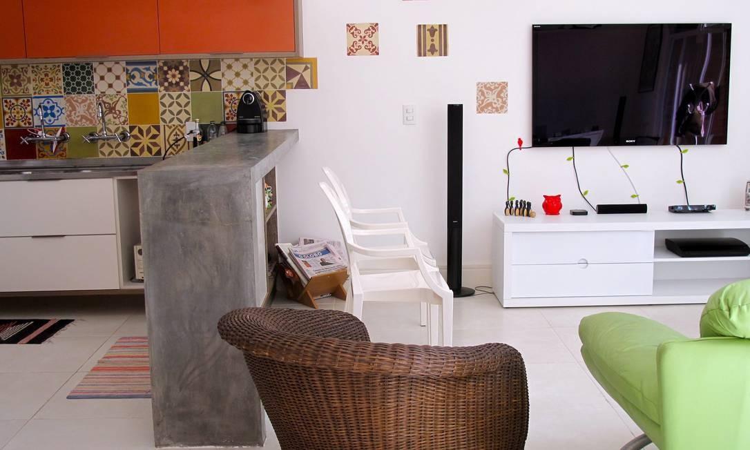 Na casa da jornalista Josy Fischberg, uma das autoras do blog Apezinho, os ladrilhos hidráulicos continuam na sala e cozinha criando unidade entre os ambientes Foto: Divulgação