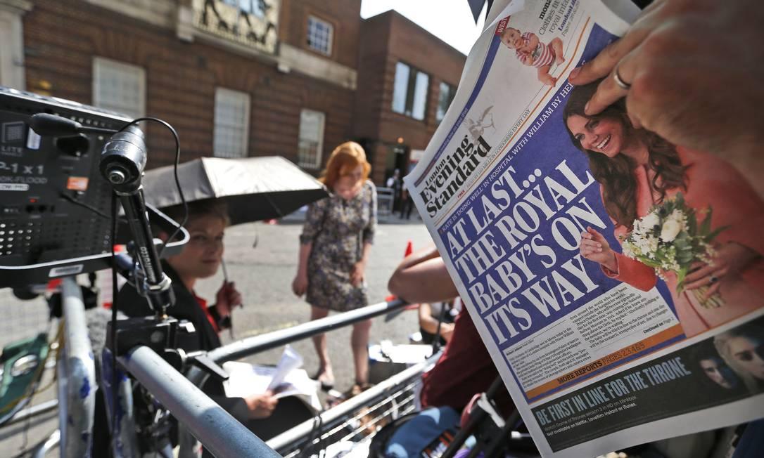 Centenas de jornalistas e curiosos aguardam o nascimento do bebê em frente ao Hospital St. Mary em Londres Foto: Lefteris Pitarakis / AP