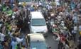 Confusão na chegada do Papa ao Rio, na Avenida Presidente Vargas a comitiva ficou retida e a população chegou junto ao carro