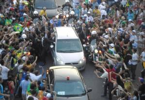 Confusão na chegada do Papa ao Rio, na Avenida Presidente Vargas a comitiva ficou retida e a população chegou junto ao carro Foto: Stefano Sales / Agência O Globo