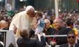 Papa Francisco beija uma criança durante sua passagem perto da Catedral Metropolitana