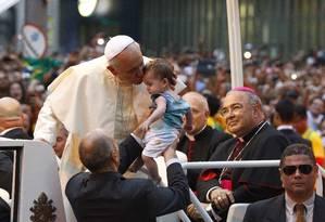 Papa Francisco beija uma criança durante sua passagem perto da Catedral Metropolitana Foto: Pablo Jacob / Agência O Globo