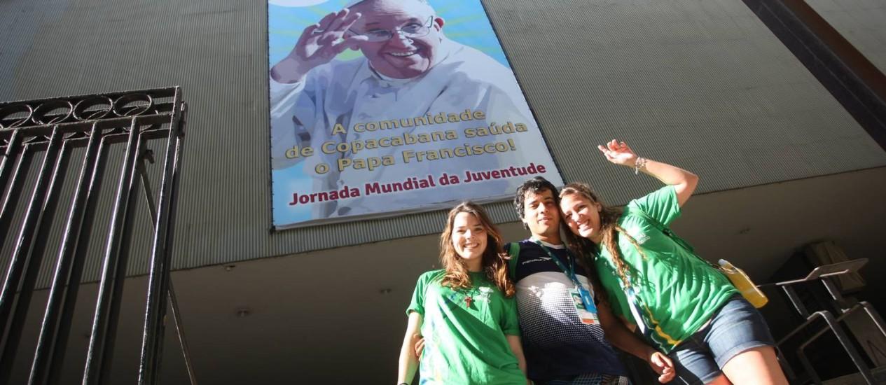 Da Argentina, do Paraguai e do México, Noelia, Cristhian e Rubria trabalham em Copacabana Foto: Pedro Teixeira / Agência O Globo