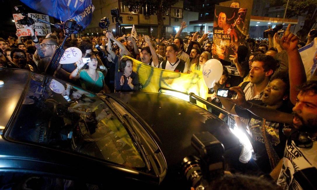 Manifestantes carregam cartazes e gritam palavras de ordem em Laranjeiras Foto: O Globo / Pedro Kirilos