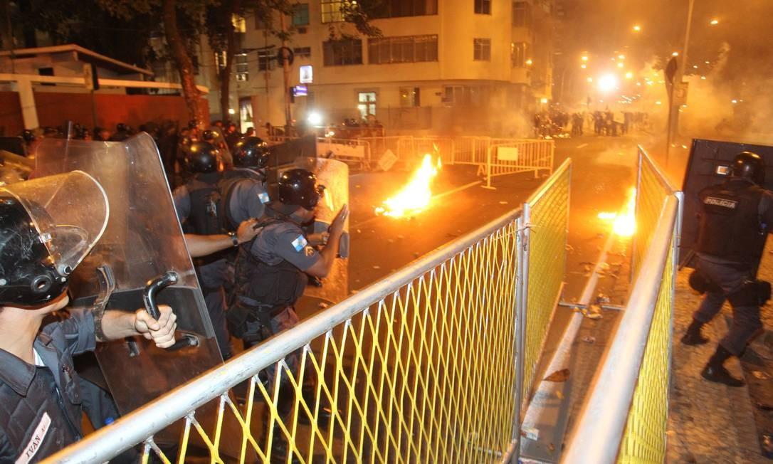 Manifestantes e policiais entram em confronto em Laranjeiras, nas proximidades do Palácio Guanabara Foto: Marcelo Carnaval / O Globo