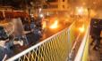 Manifestantes e policiais entram em confronto em Laranjeiras, nas proximidades do Palácio Guanabara