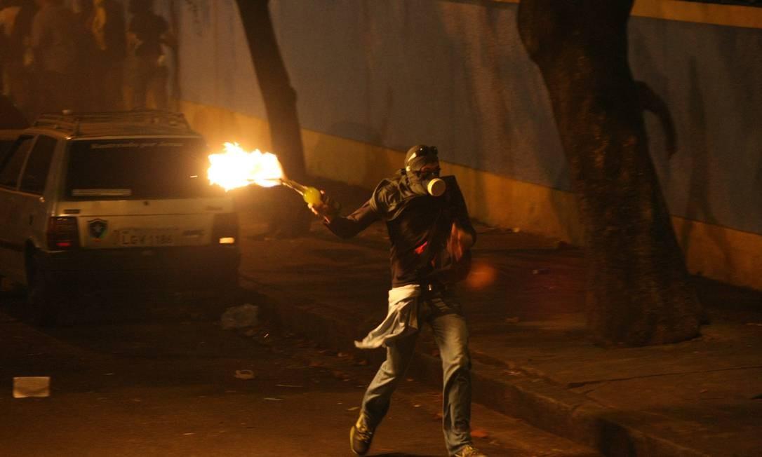 Manifestante com coquetel molotov em punho Foto: Pablo Jacob / Agência O Globo