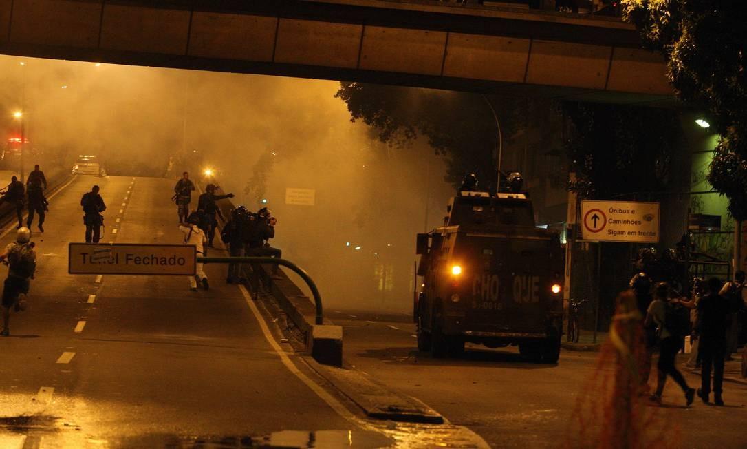 O confronto entre policiais e manifestantes nas Laranjeiras Foto: Fabiano Rocha / O Globo