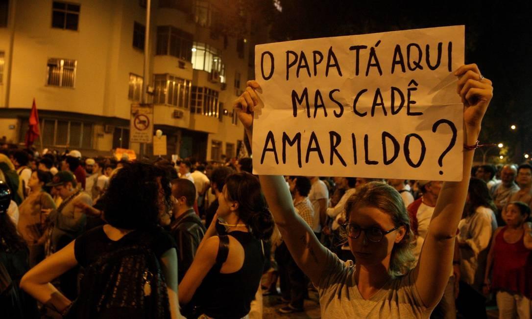 Em cartaz, manifestante relembra ajudante de pedreiro que desapareceu na Rocinha Foto: Fabiano Rocha / O Globo