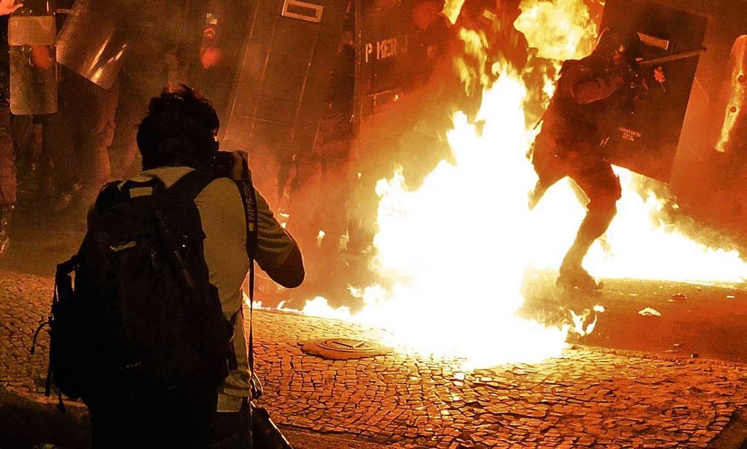 Policiais são atingidos por coquetel molotov em protesto no Palácio Guanabara Foto: TASSO MARCELO / AFP