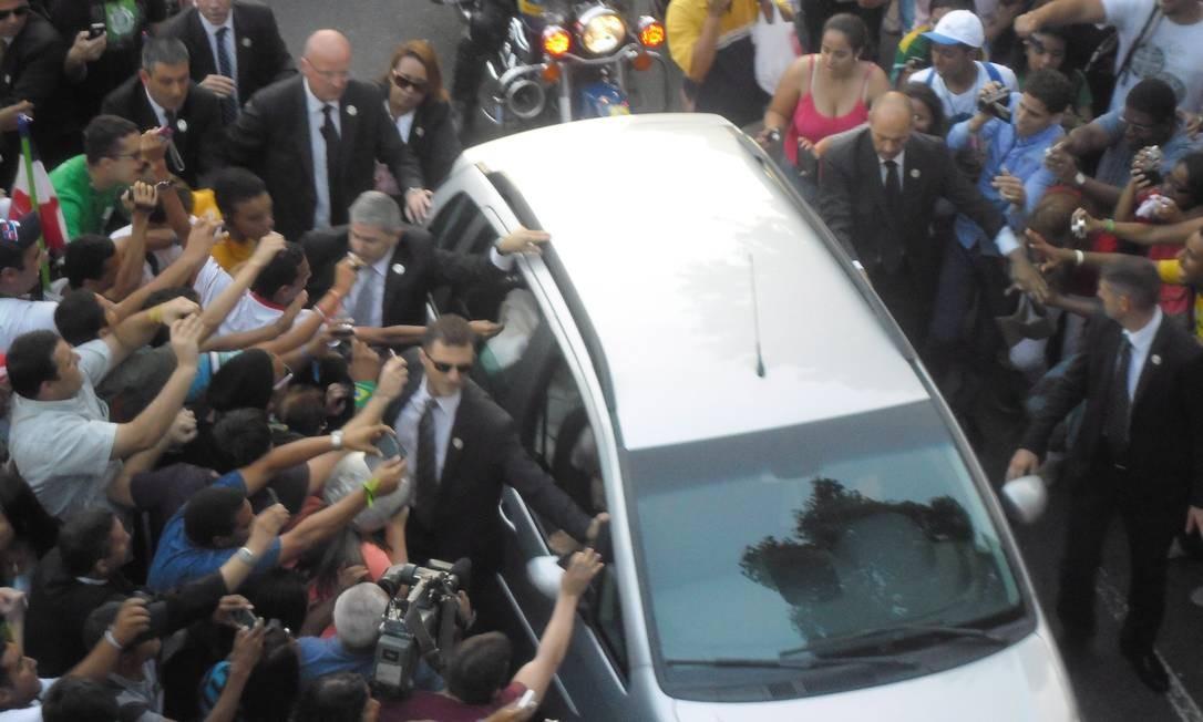 Multidão se aproxima do veículo do Papa na Avenida Presidente Vargas - Foto: Agência O Globo