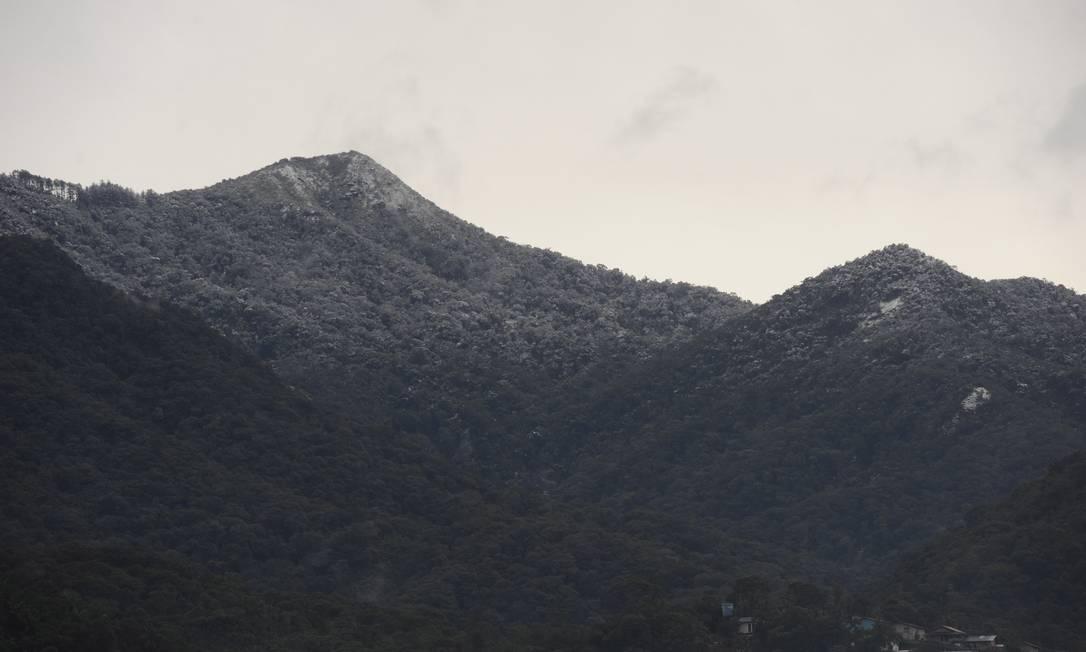 Os campos de Blumenau amanheceram cobertos de gelo nesta terça-feira. Por volta das 11h, os termômetros marcavam 8,6ºC no município Agência RBS / Artur Moser