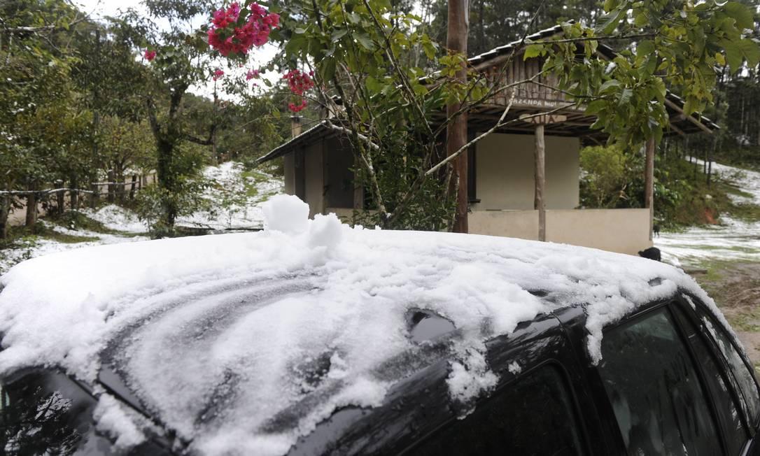 Carro é coberto de neve em Blumenau, Santa Catarina Terceiro / Agência O Globo