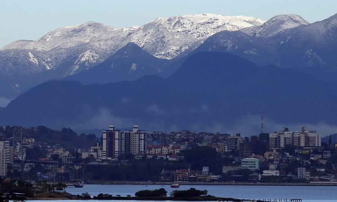 Morro da Grande Florianópolis amanheceu coberto de gelo nesta terça-feira Agência RBS / Alvarelio Kurossu