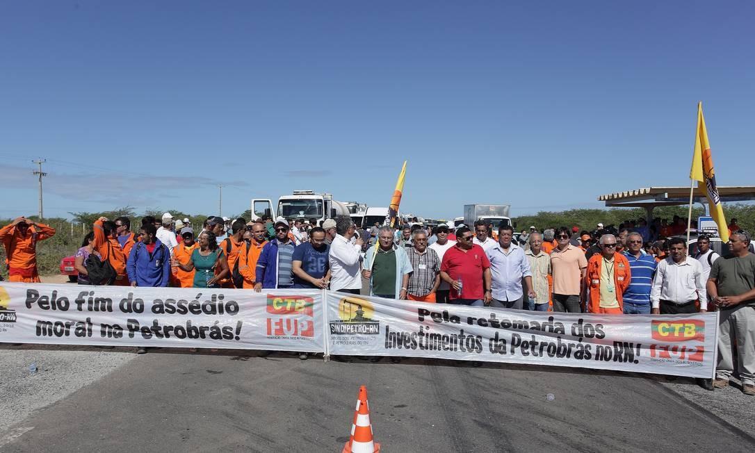 Manifestação bloqueou a BR-110 por quatro horas, impedindo trânsito entre as cidades de Mossoró e Areia Branca no Rio Grande do Norte Foto: Hans von Manteuffel / Agência O Globo