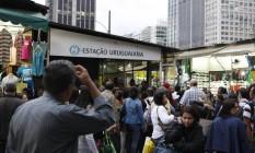 Confusão na porta da estação Uruguaiana do metrô, que ficou parada devido a um problema de fornecimento de energia Foto: Eduardo Naddar / Agência O Globo (23/07/13)