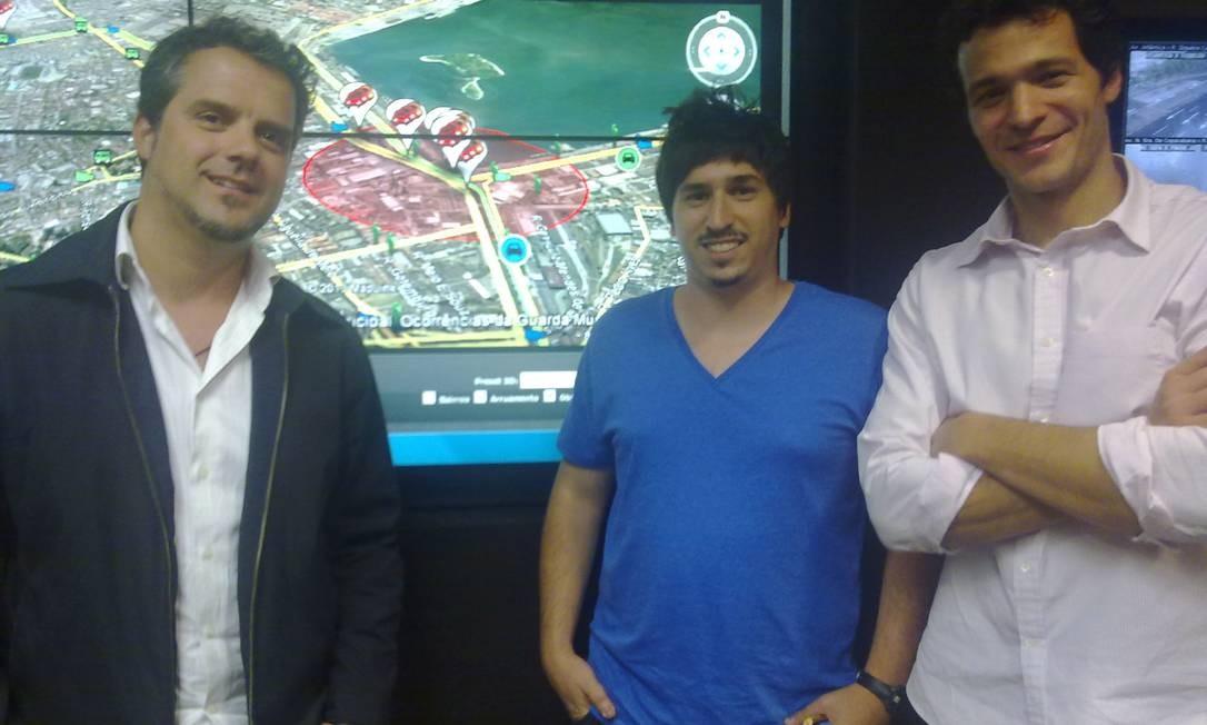 Pedro Peracio, Adrian Singer e Pedro Junqueira diante de tela no COR com alertas do Waze. Foto: Foto: André Machado