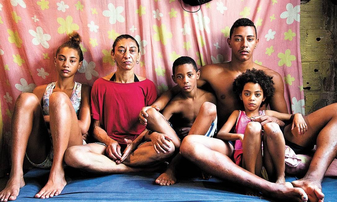 """Elizabete, mulher de Amarildo, com quatro dos seus seis filhos no barraco de um só cômodo onde a família mora na Rocinha: """"Eles (policiais) acham que pobre também é burro"""" - Foto: Mônica Imbuzeiro / Agência O Globo"""